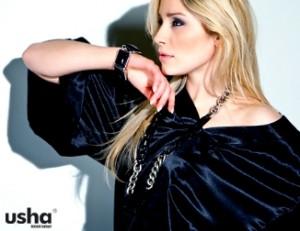 black Outfit für blonde Dame
